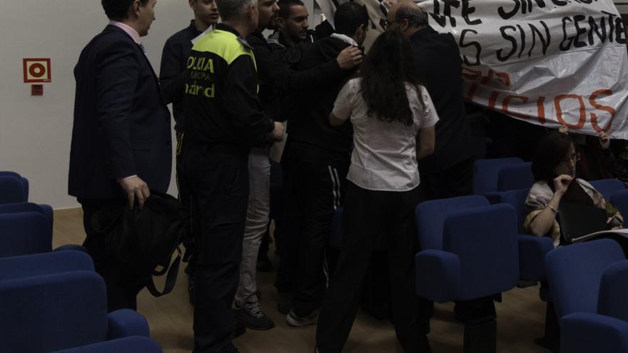 Protesta contra los desahucios en el pleno de Moratalaz el pasado 17 de febrero. / Diso Press