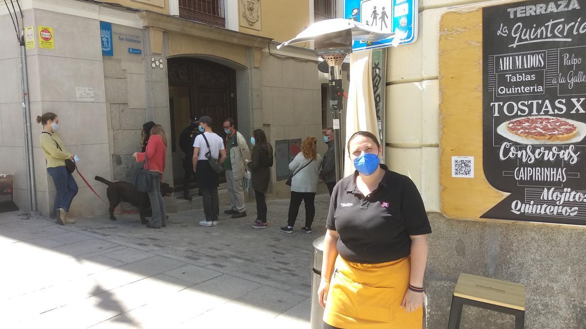 Montse Calderón de la Barca, del bar La Quintería, junto al colegio electoral