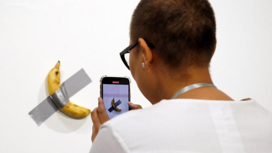'Comedian', el plátano pegado con cinta adhesiva vendido por 120.000 dólares