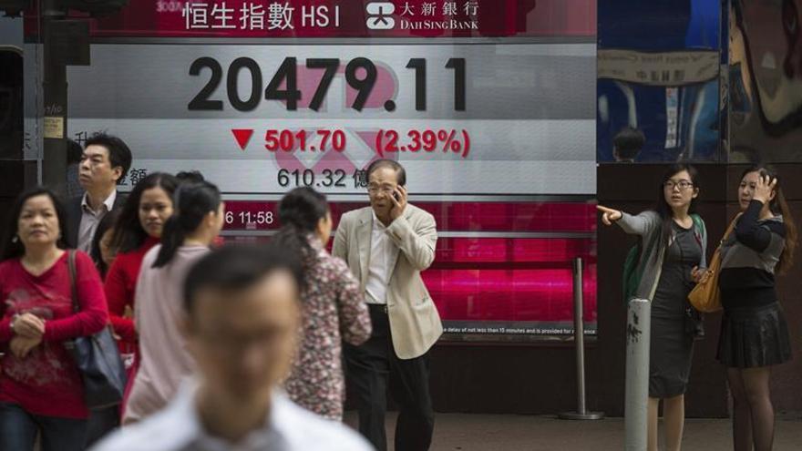 El índice Hang Seng baja 95,66 puntos, el 0,43 por ciento, a media sesión