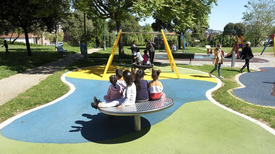 Un grupo de niños y niñas en el parque.