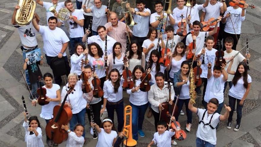 En la imagen, alumnos y profesores de la Escuela Insular de Música del Cabildo de La Palma.