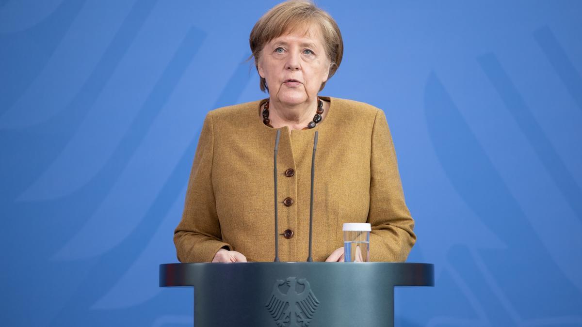 La canciller alemana, Angela Merkel, en su comparencia ante los medios tras la reunión de su gabinete, este martes en Berlín.