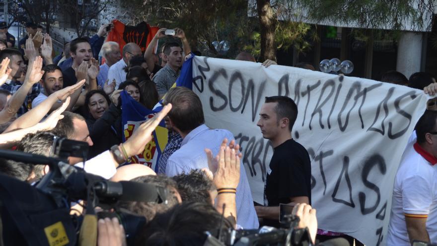 """Un centenar de personas ha recibido a los detenidos al grito de """"Cataluña es España"""" / William Criollo"""