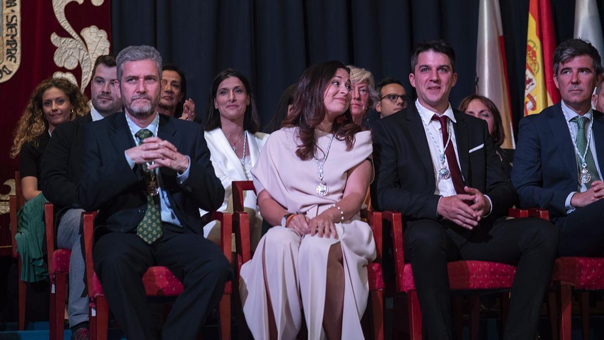 Javier Ceruti (Cs), a la izquierda, sentado delante de Gema Igual (PP) en su toma de posesión como alcaldesa.