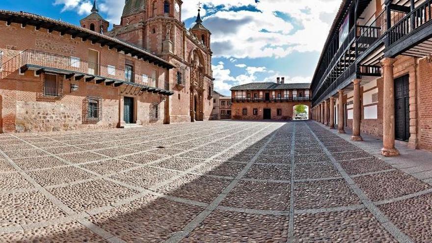 Plaza Mayor de San Carlos del Valle (Toledo)