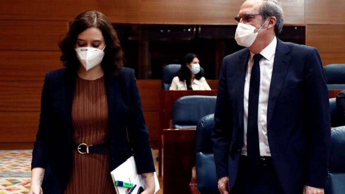 La presidenta de la Comunidad de Madrid y candidata del PP, Isabel Díaz Ayuso, y el candidato del PSOE, Ángel Gabilondo en la Asamblea de Madrid