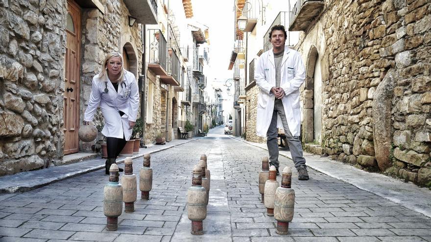 Los sanitarios que atienden el consultorio de Campo muestran el tradicional juego de las birlas.