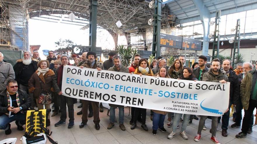 Movilización en defensa del tren hace dos semanas, en previsión de la decisión tomada este viernes por el Gobierno