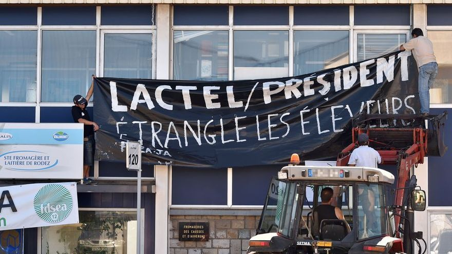 Imagen de la concentración de los ganaderos franceses en la sede de Lactalis.