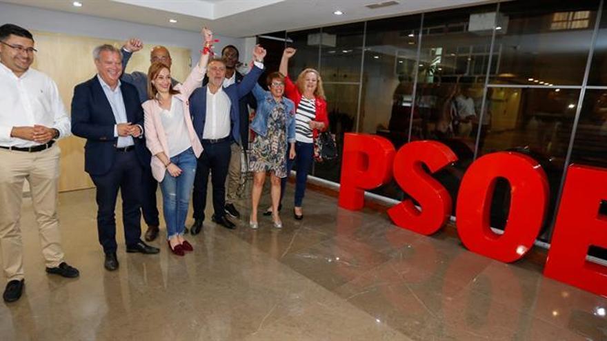 Elena Mañez (2d); el candidato Louc André Diouf (3d), el presidente del partido en Canarias, Angel Víctor Torres (4d) y la candidata al Senado Nina Santana (d), tras conocer los resultados de las votaciones.