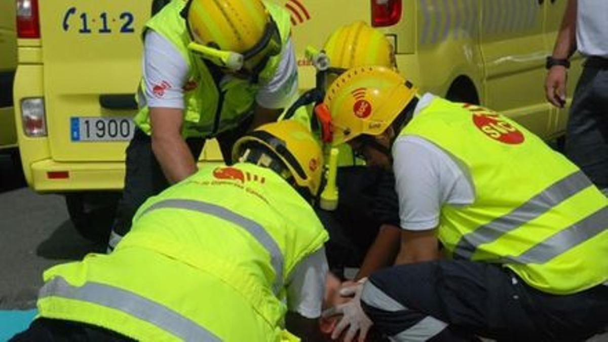 Personal del Servicio de Urgencias Canario atendiendo a un herido, en una imagen de archivo