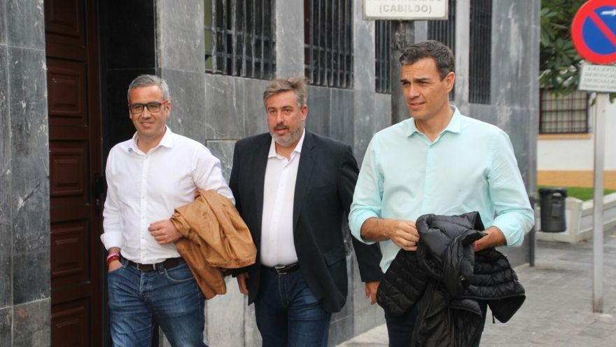 Pedro Sánchez este lunes junto a Sergio Matos y Jorge González. Foto: JOSÉ AYUT
