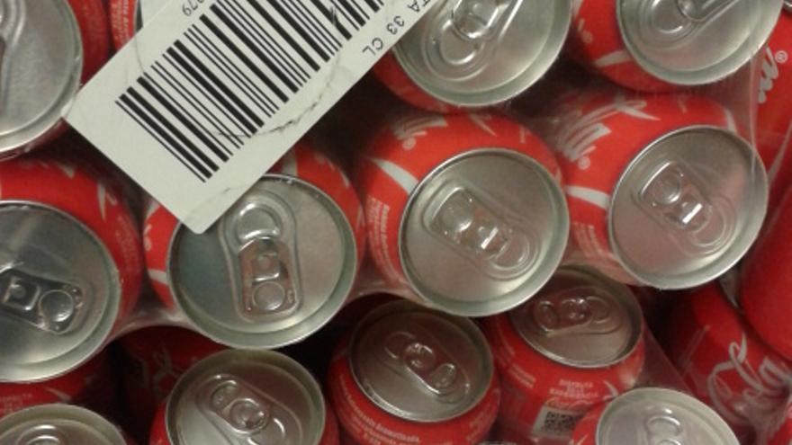 Latas en un supermercado de Madrid el 14/02/2014 con etiquetas de Cobega (Cataluña) y Casbega (Madrid)