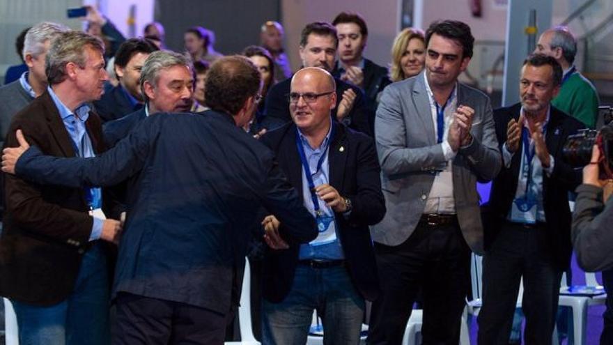 Baltar estrecha la mano de Feijóo en un momento del congreso