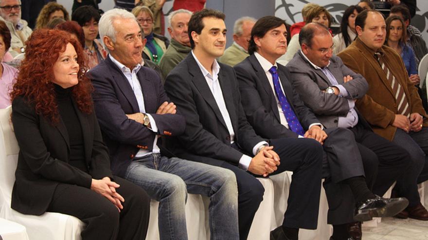 Enrique Bretones, en el centro de la imagen, en un acto de campaña en 2011.
