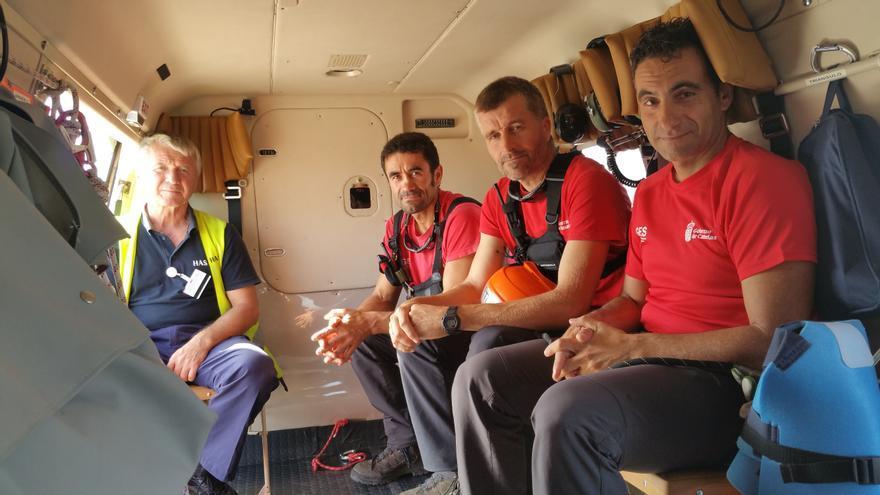 En la imagen, los tres rescatadores y el mecánico. Foto: LUZ RODRÍGUEZ.