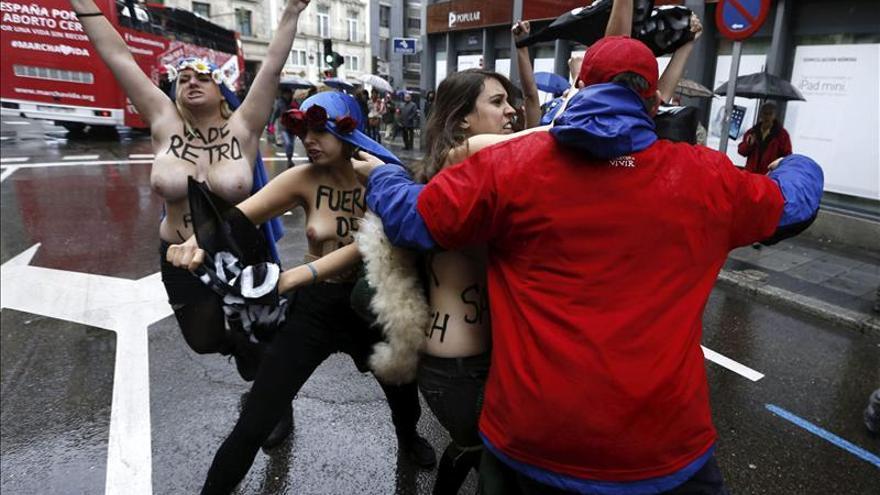Detenidas cinco activistas de Femen tras irrumpir en una marcha antiabortista