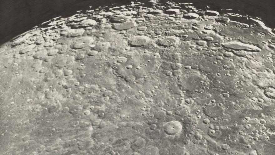 Fotografía de la Luna en fase creciente realizada por Loewy y Puiseux en 1899