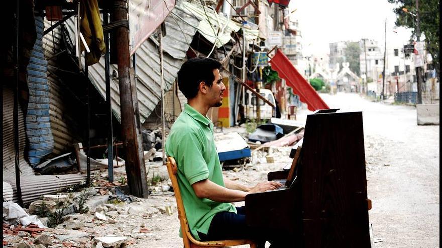Aeham Ahmad, 'el pianista de Yarmuk', fotografiado por su amigo fotógrafo Niraz Saied.