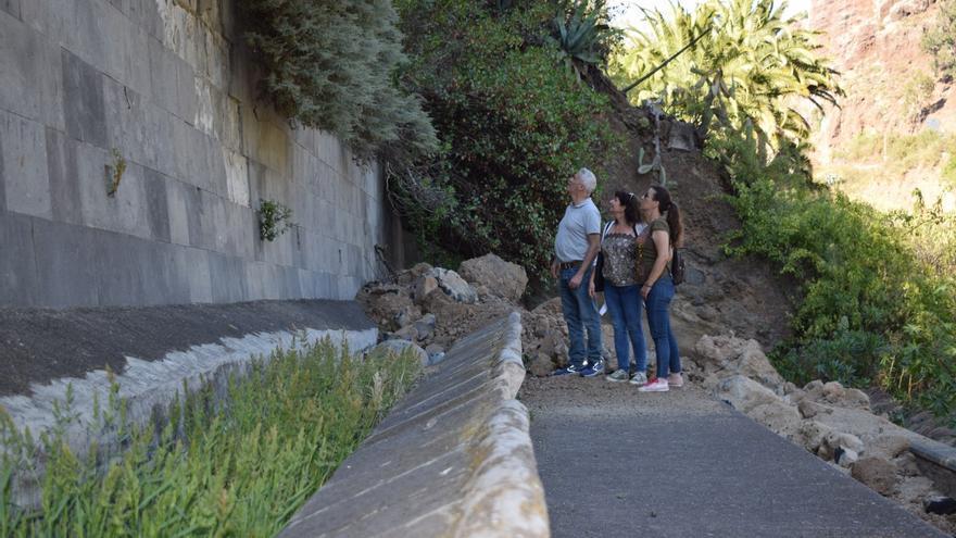 La candidata de Sí Podemos a presidir el Cabildo de Gran Canaria, Conchi Monzón, durante una visita a distintas áreas naturales del municipio de Santa Brígida.