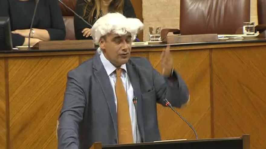 El diputado de Podemos Juan Moreno Yagüe pidió así a los parlamentarios que se quitaran las pelucas del siglo XIX