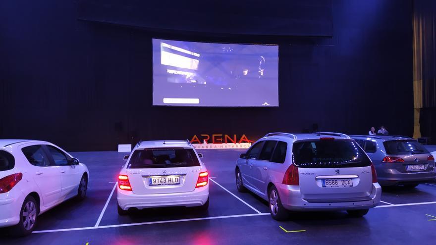 Algunos vehículos en el autocine del Navarra Arena