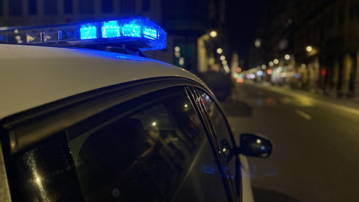 Un vehículo de la Policía Local durante un control nocturno en Valencia.