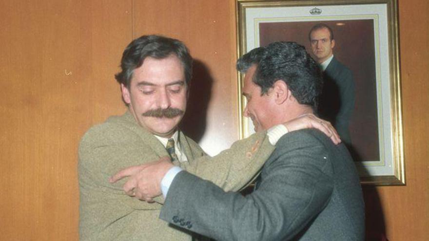 Manuel Pérez abraza a Herminio Trigo el día en que renunció a la Alcaldía en enero de 1995 | ARCHIVO DE CÓRDOBA