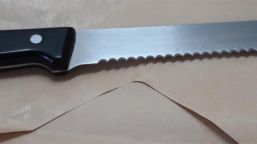 Cuchillo requisado al detenido que presuntamente amenazó a una mujer y a su perro en una terraza en Tenerife