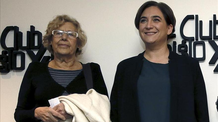 Carmena presenta a Colau en su primera conferencia como alcaldesa en Madrid