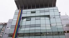 El Gobierno de Cantabria se suma al Día del Orgullo desplegando una gran lona arco iris en su sede