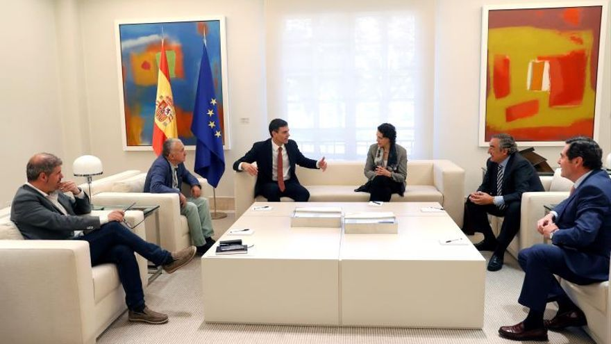 Imagen de archivo de Pedro Sánchez y la ministra Magdalena Valerio junto a los líderes de las patronales CEOE y Cepyme y de los sindicatos CCOO y UGT.