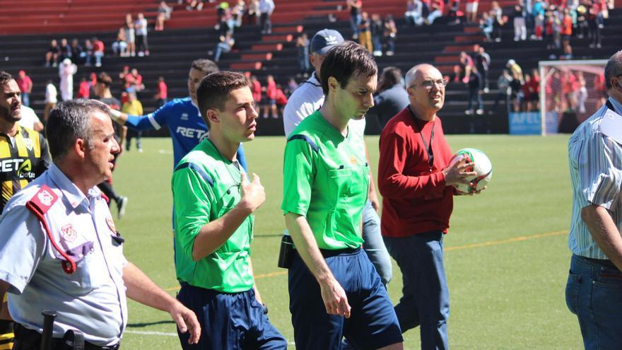 El árbitro y un linier al finalizar este domingo el encuentro  Mensajero-Barakaldo en el Silvestre Carrillo. Foto: JOSÉ AYUT.