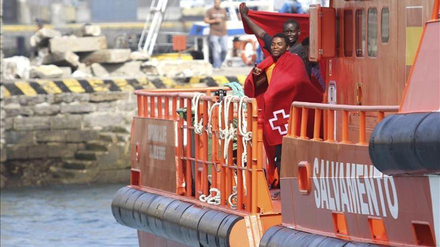 Rescatados siete subsaharianos en un barca hinchable en el Estrecho de Gibraltar
