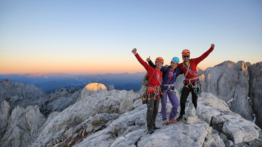 Iker, Eneko y Neus tras hacer cima (© J.Canyi / Filmut.com).