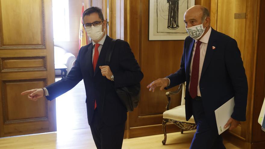 El ministro de la Presidencia, Relaciones con las Cortes y Memoria Democrática, Félix Bolaños (izda), se reúne con el diputado nacional del PRC, José María Mazón