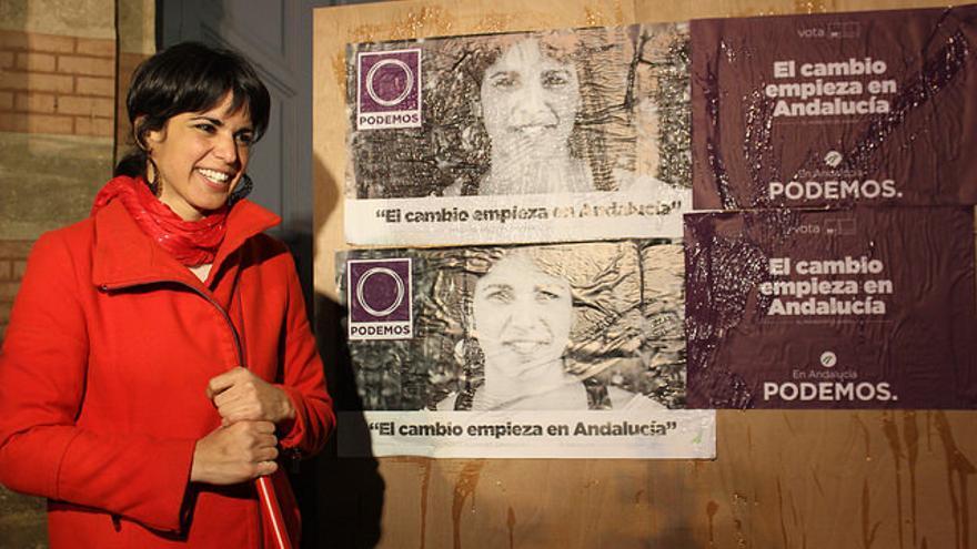 Teresa Rodríguez en la pegada de carteles en Cádiz.