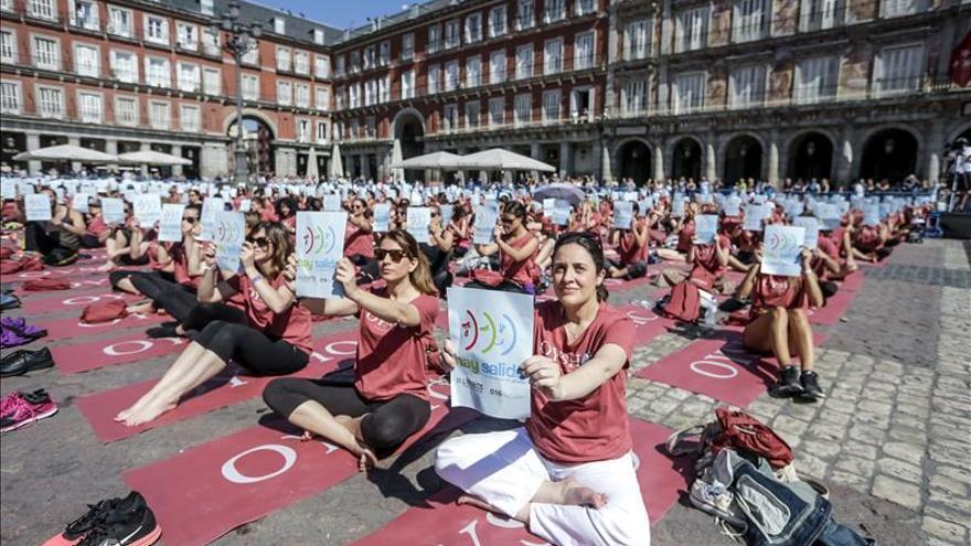 Tres mil personas hacen yoga y dicen no a la violencia de género