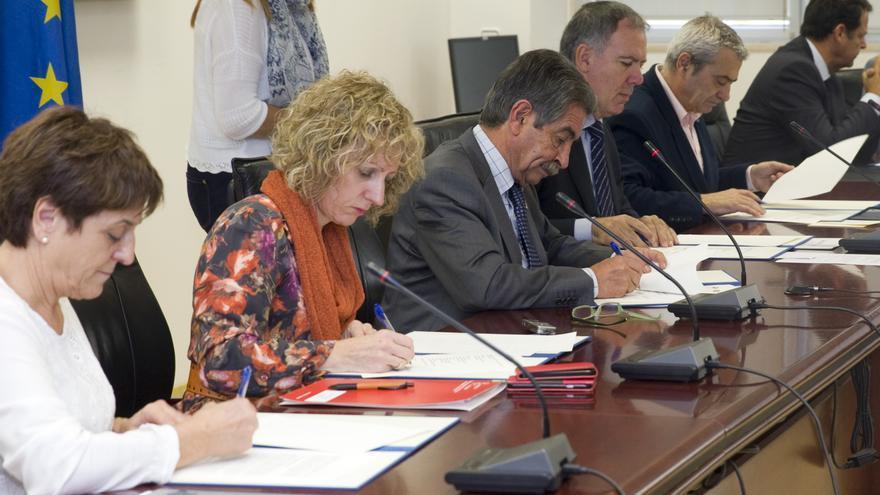 Las autoridades, durante la firma del acuerdo. | Nacho Romero