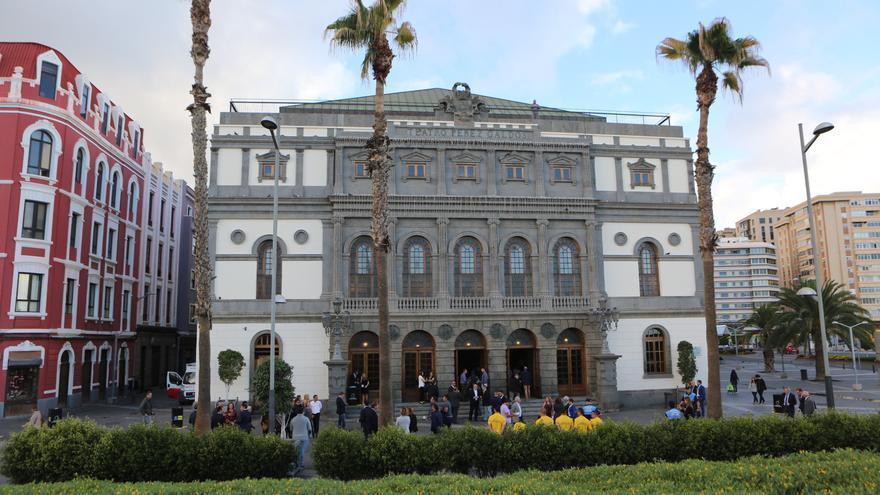 El exterior del teatro Pérez Galdós antes de 'Los Premios Isla Europea del Deporte'.