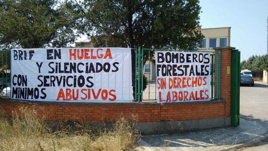 Pancartas de protesta a las puertas de Tragsa.