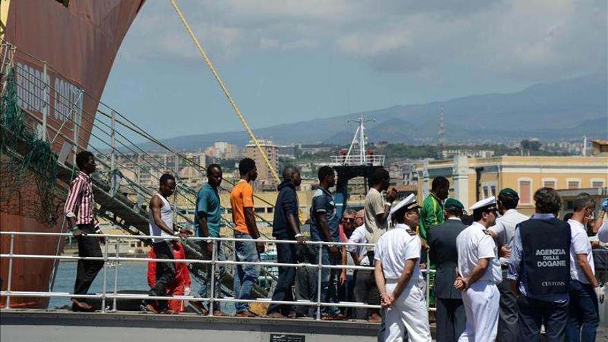 La Guardia Costera italiana rescataImagen de archivo: Refugiados e inmigrantes desembarcan en el puerto de Catania el pasado 17 de agosto de 2015/ Efe a 116 inmigrantes en el mar