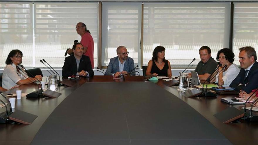 Mesa de la negociación entre la empresa, los trabajadores y Aena, con la mediación de la Generalitat