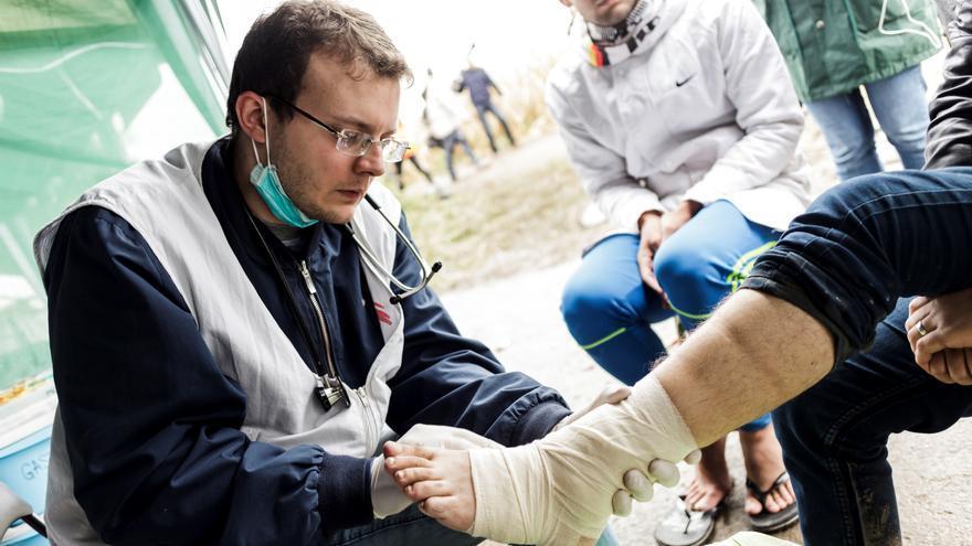 Los equipos médicos de MSF en Serbia están atendiendo a más de 400 pacientes al día; las cifras han aumentado extraordinariamente durante las últimas semanas. Boris Jegorovic, médico de MSF, realiza a una exploración a un refugiado en el cruce fronterizo de Berkasovo /Bapska. Fotografía: Achilleas Zavallis