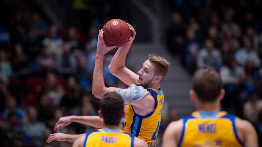 Luke Fisher con el balón durante el partido disputado en Rusia entre el Zenit San Petersburgo y el Herbalife gran Canaria.
