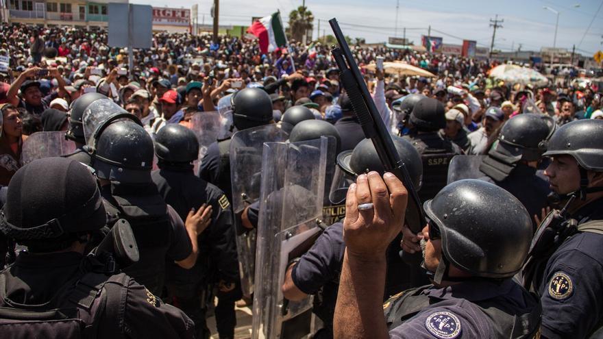 Policía Estatal custodia la delegación de gobierno de Baja California en San Quintín. / Foto: J.P. Martínez.