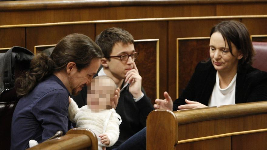 Carolina Bescansa (Podemos) acude al Congreso acompañada de su bebé y le da de mamar en el hemiciclo