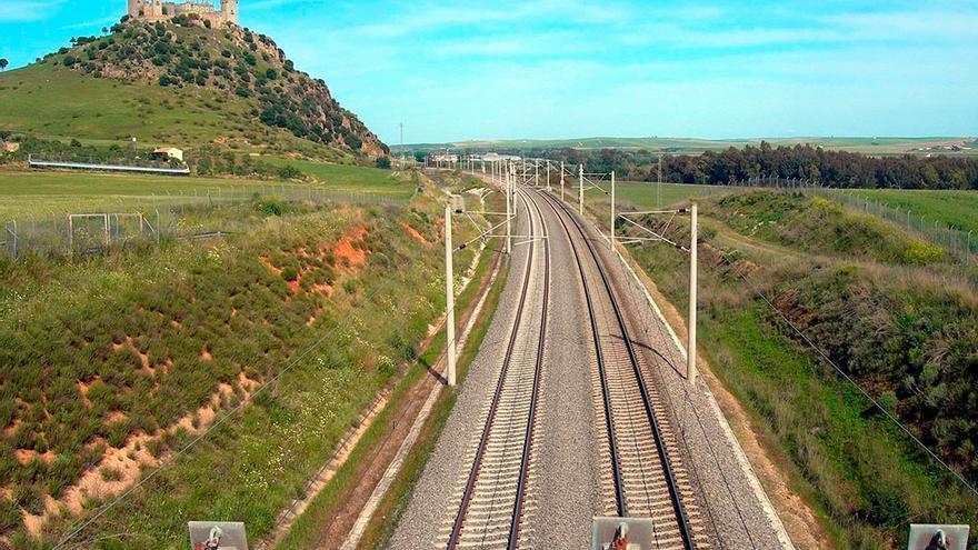 Línea ferroviaria a la altura de Almodóvar del Río.