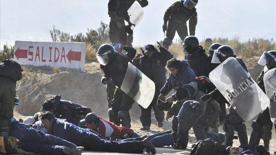 """El Gobierno boliviano denuncia que mineros """"secuestraron"""" a tres policías"""